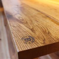 オークのテーブル、焼印